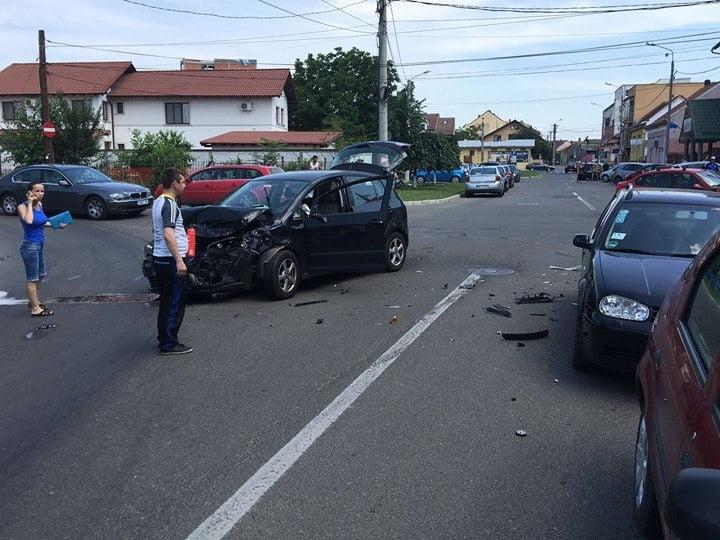 Accident la coborârea de pe podul Golescu. Trei mașini s-au făcut zob