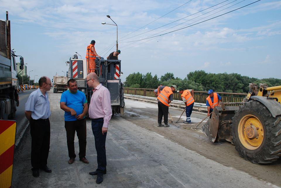"""Cum trag chiulul muncitorii de la pod la doar două ore de la vizita primarului pe șantier. Kereskenyi: """"Am moștenit acest contract""""  FOTO"""