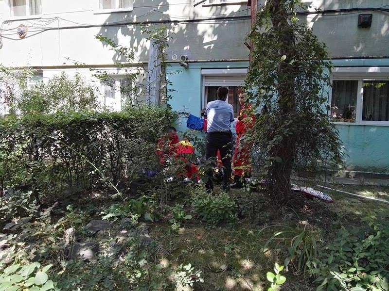 Femeia care s-a aruncat de la etajul patru a murit.