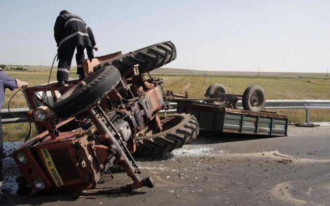 Accident in Ardud. Un tânăr a intrat cu mașina într-un tractor