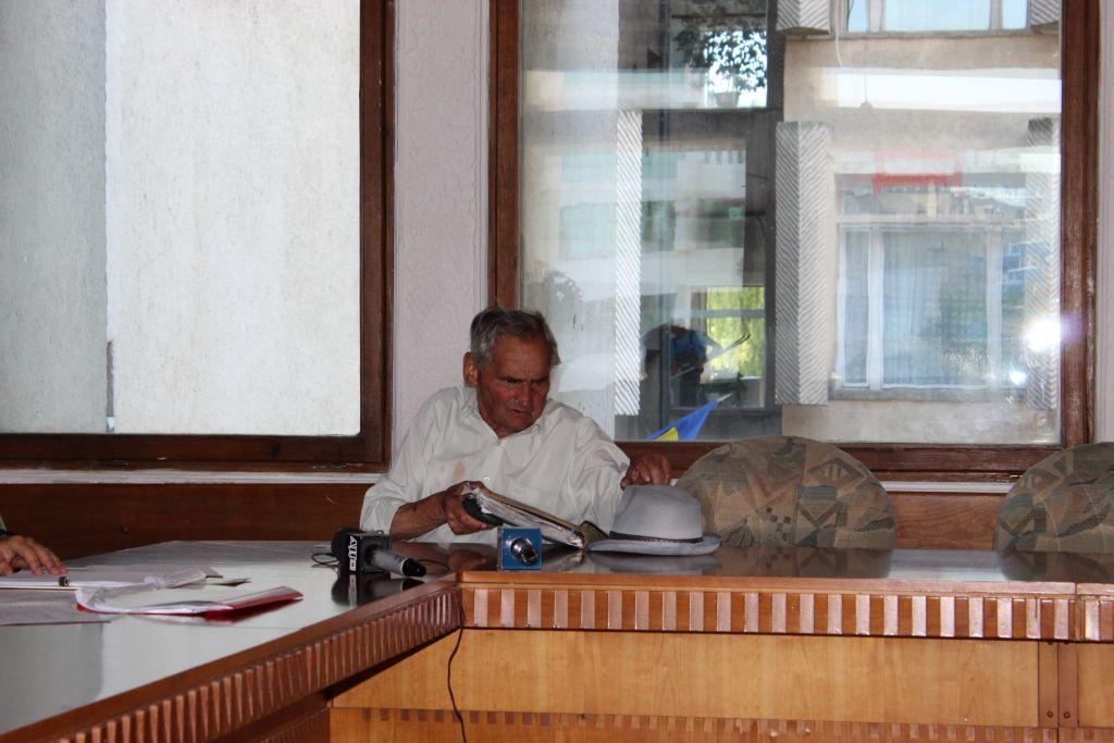 """Bătrân de 90 de ani purtat pe drumuri pentru o literă: """" Ai de mine cât mă poartă"""""""