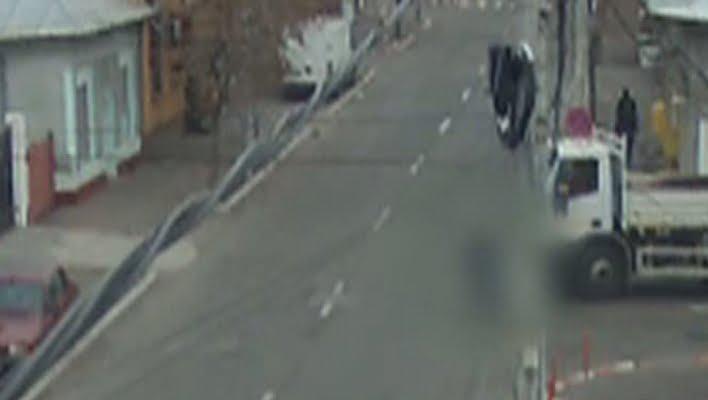 Biciclist beat, lovit de camion pe strada Barițiu