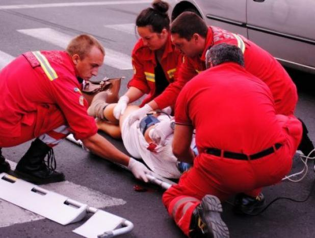 Graba și neatenția erau să o coste viața. Fetiță accidentată după ce a traversat strada prin loc nepermis
