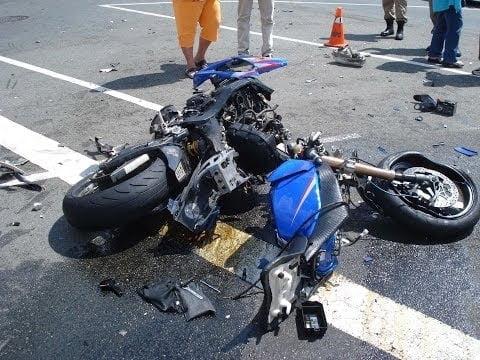 Accident pe două roți. Un biciclist și un motociclist s-au tamponat