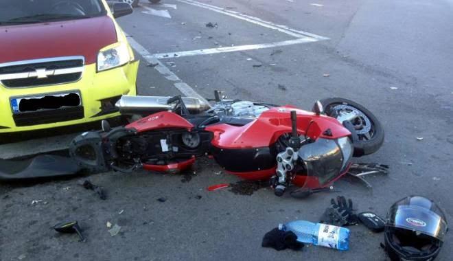 Motociclist fără permis, luat pe capotă de un șofer. A scăpat cu răni ușoare
