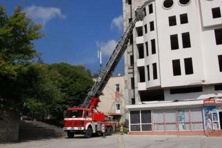 Operațiune ca în filme pentru pompierii sătmăreni. Aceștia au salvat un copil blocat în casă
