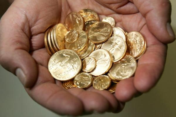 A vândut fier pe post de monede de aur și s-a ales cu o mică avere. Poliția l-a oprit