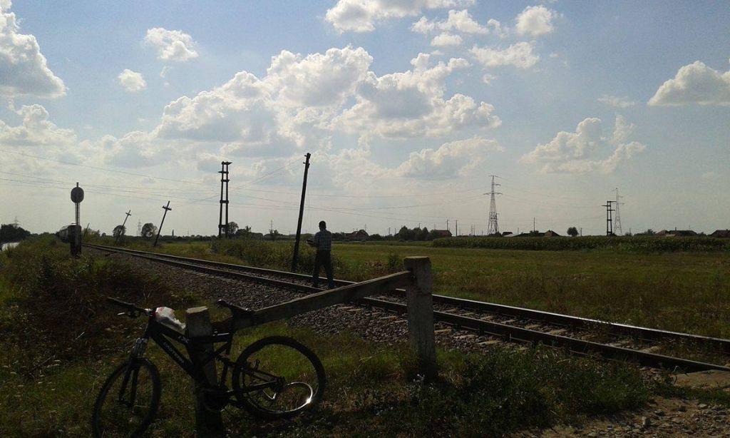 Accident pe calea ferată în Balta Blondă. Un tânăr se zbate între viață și moarte
