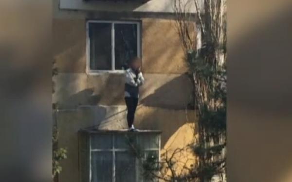 Cât tupeu au hoții! A intrat pe geamul casei la furat în timp ce proprietara era înauntru