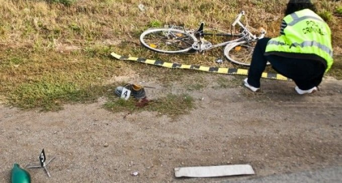 Doi tineri care circulau pe aceeași bicicletă au fost accidentați grav de o mașină în Cionchești