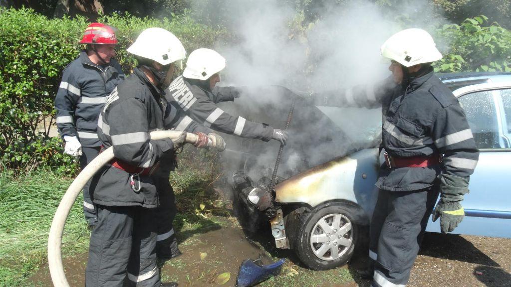 A ars toată. O mașină s-a făcut scrum pe străzile orașului