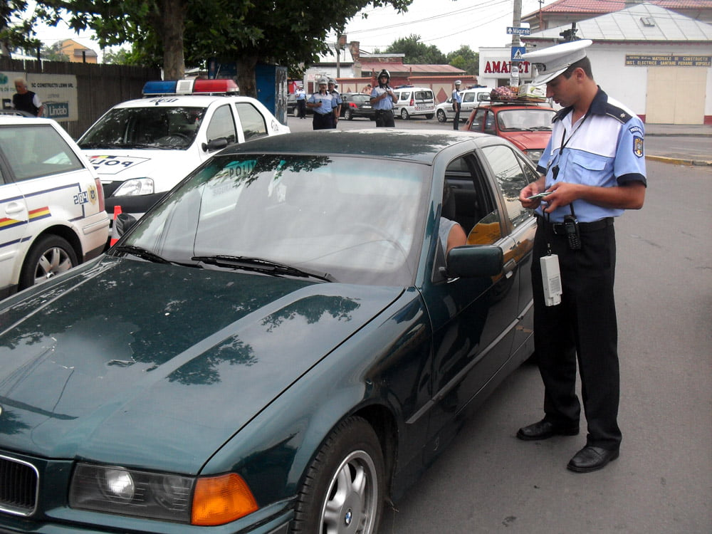Beat și fără permis, dar plin de tupeu. Un șofer din Oaș a fugit de poliție dar drumurile i s-au înfundat