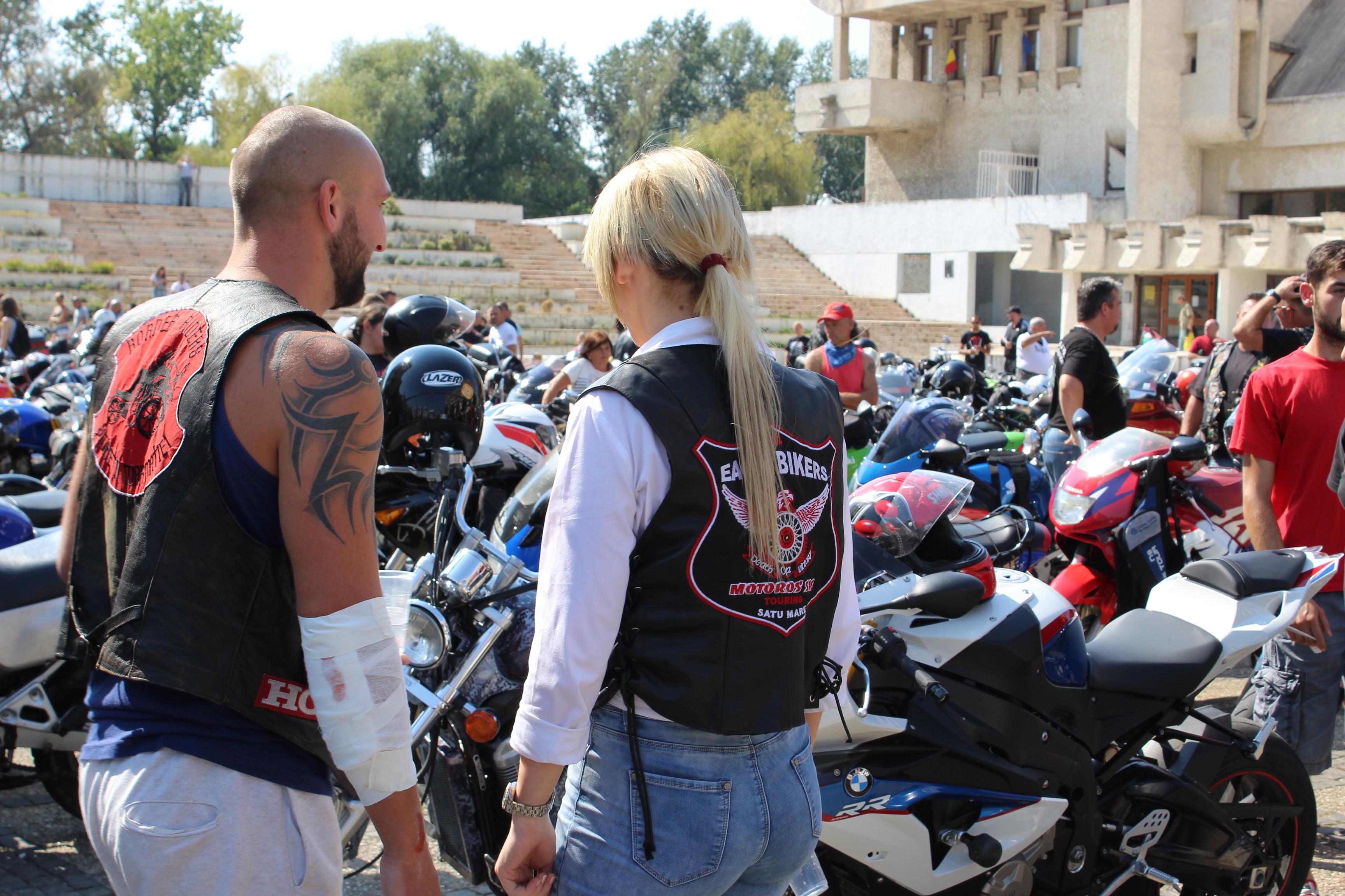 Sute de motocicliști din țară şi din afară, prezenți la comemorarea camarazilor și inagurarea monumentului dedicat lor