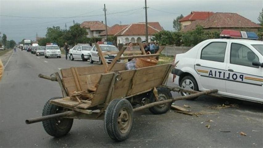 Neatenția se plătește. O căruță și o mașină implicate într-un accident