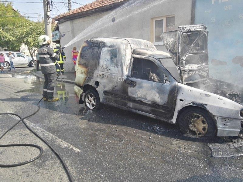 Mașina de livrări a unui restaurant a ars ca o torță. Nu a mai rămas nimic din ea