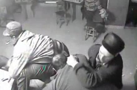 S-a dus la bar să bea, dar a mâncat o mamă de bătaie. Bărbat din Sanislău, bătut de patru vecini