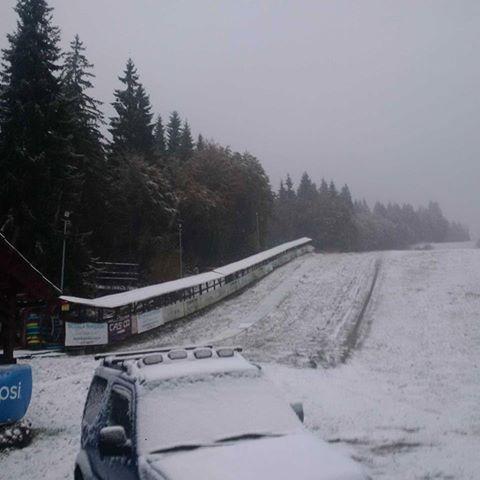 Veste bună pentru iubitorii sporturilor de iarnă! A apărut prima zăpadă la câțiva km de Satu Mare