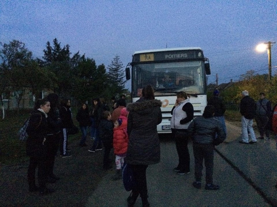 Revoltă pe ruta Craidorolț – Satu Mare. Oamenii au fost lăsați în drum în Mădăras pentru că autobusul a rămas fără motorină