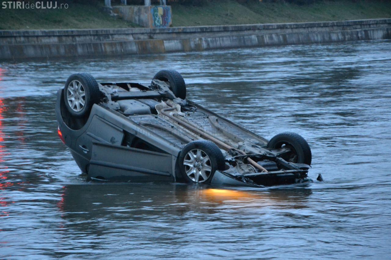 Accident groaznic pentru o sătmăreancă la Cluj. Taxiul în care se afla a căzut în Someș