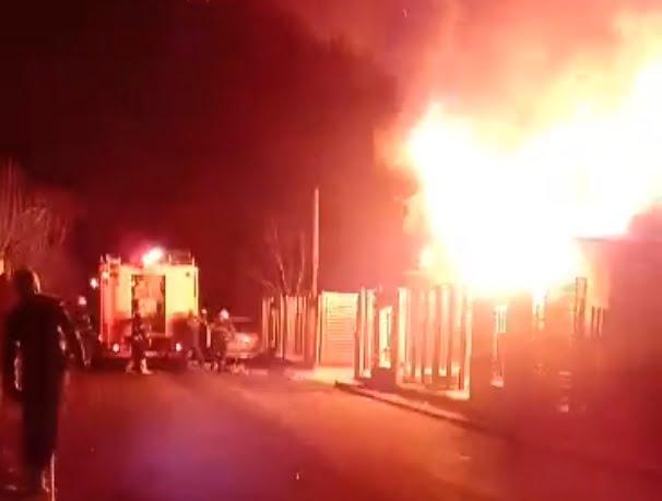 Incediu la Lazuri. Un om iresponsabil a dat foc lemnelor direct în magazie