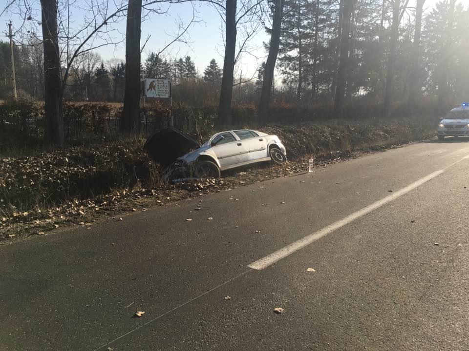 Accident spre Noroieni! O mașină condusă de o tânără a sfârșit în șanț