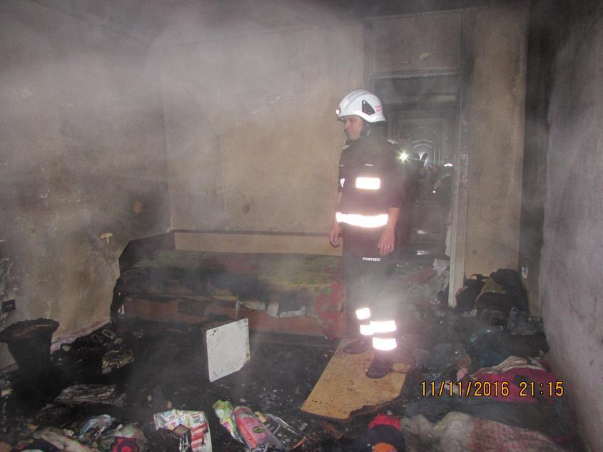 Incendiu pe Ostrovului pornit de la un foc făcut în mijlocul camerei. Două persoane au ajuns la spital