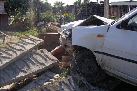 """Accident la Carei. Un tânăr beat a distrus un gard, în care și-a """"parcat"""" mașina"""