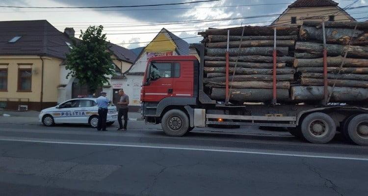 Camion plin cu lemne, confiscat de polițiști în Negrești. Un bărbat din Gherța, pus să plătească amenda