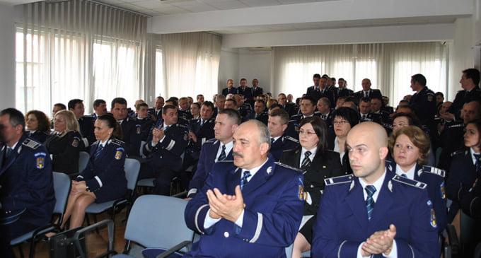 Șapte polițiști au fost avansați în grad cu ocazia manifestării interne de 1 Decembrie de la Inspectoratul de Poliție