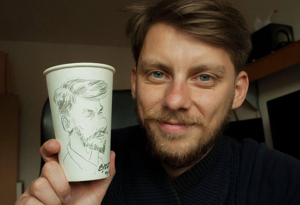 Povestea emoționantă a sătmăreanului care conduce cel mai mare brand de caricaturi din România. A început afacerea cu 30 de lei în buzunar