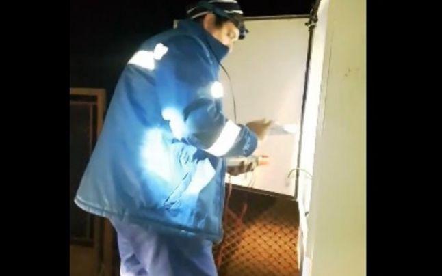 """Un tânăr din Petin a """"sechestrat"""" un echipaj Electrica după ce aceștia i-au """"furat"""" lumina sărbătorilor"""