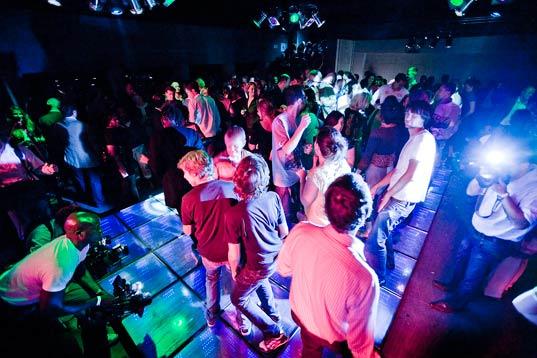 Scandal într-un club din Satu Mare. Amenințări cu cuțitul, gaze lacrimogene și panică