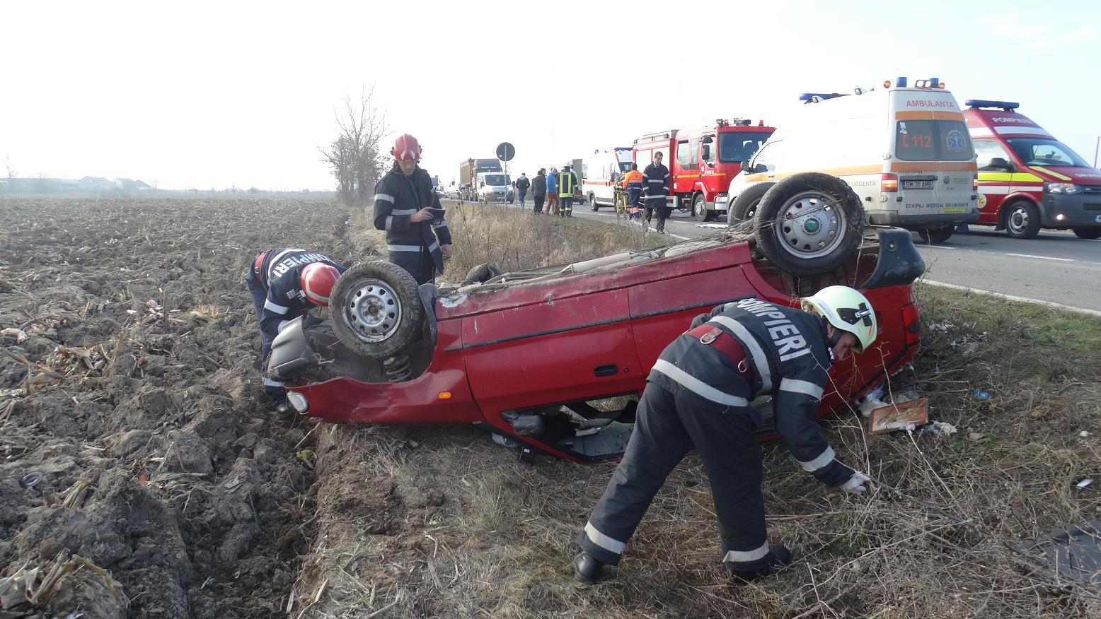 Accident grav între Ciuperceni și Botiz. O mașină s-a dat peste cap