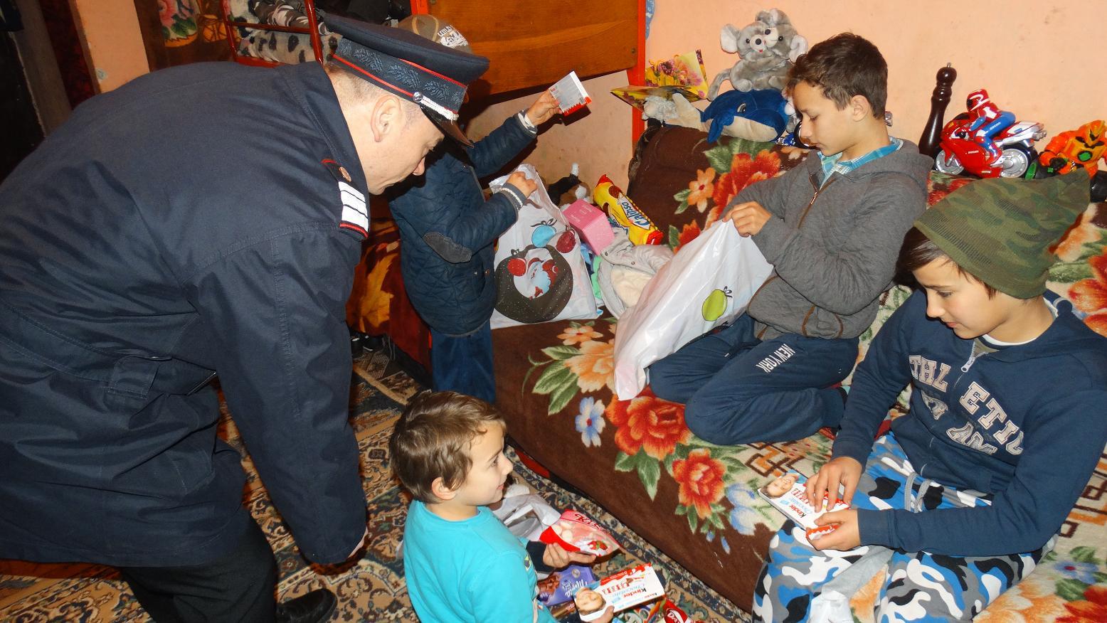 Pompierii sătmăreni au adus un gram de bucurie în sufletele a 60 de copii