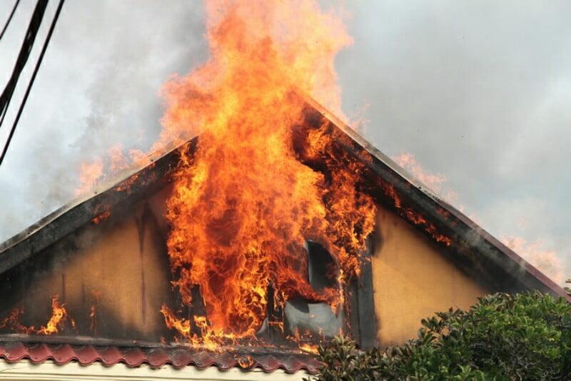O familie din Dorolț a rămas fără acoperișul și etajul casei, distruse în incendiu