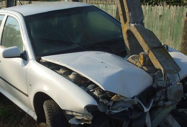 """Un """"zmeu"""" din Oaș a distrus un stâlp și o mașină după ce s-a urcat beat la volan"""