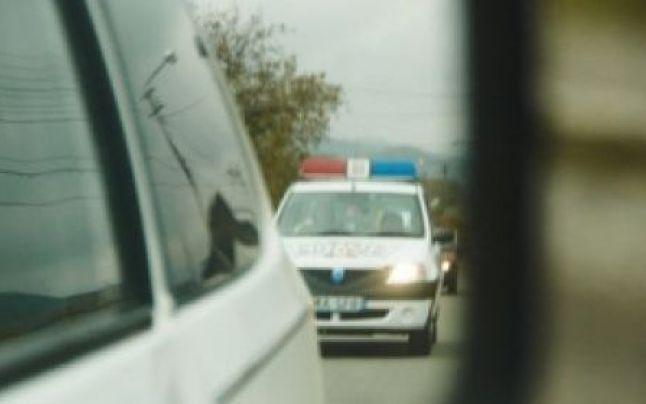 Un șofer fără drept de a conduce a fugit de poliție prin Tășnad. Într-un final s-a ales cu dosar penal