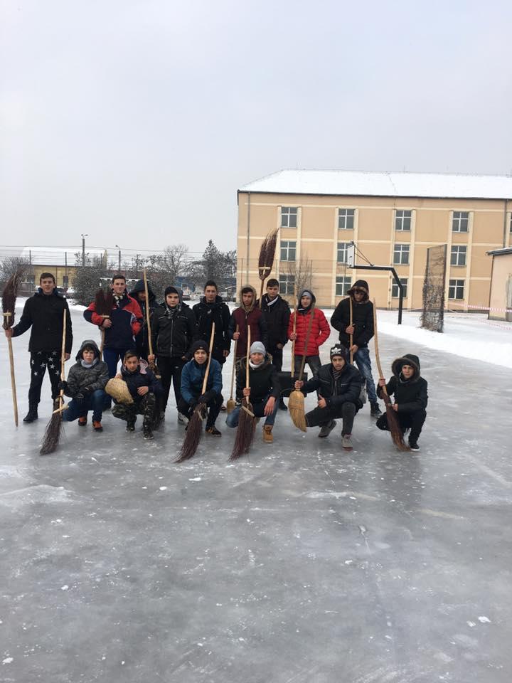 Un grup de elevi și-au făcut propriul patinoar în curtea școlii. E IMENS!!!