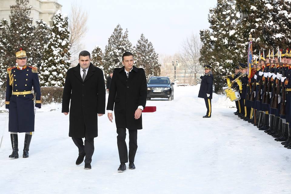 Ministrul sătmărean al apărării, Gabriel Leș, a primit vizita premierului Sorin Grindeanu. Ce promisiuni a primit