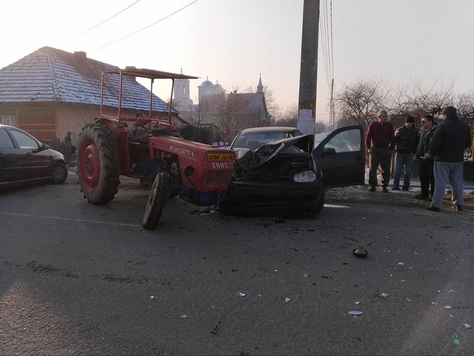 Accident puternic în Lazuri. Un tractor a făcut praf o mașină mică