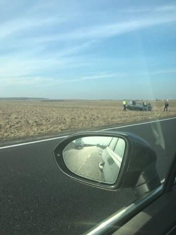 Accident la Rătești. Un șofer a ajuns în decor după ce s-a dat cu mașina peste cap