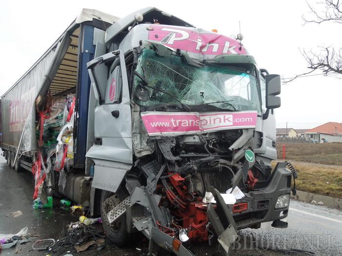 TIR-ul unei firme sătmărene, implicat într-un accident grav în Bihor. O femeie din Cehal a fost rănită