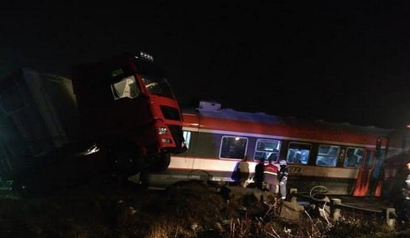 Accident de tren la Botiz. Un TIR a fost spulberat și o garnitură de tren a deviat de pe șine