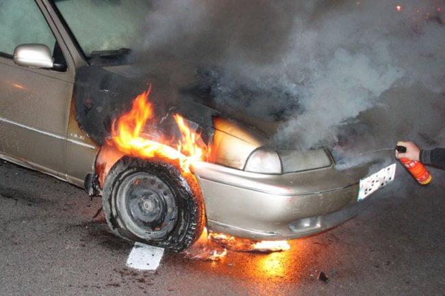 Mașină făcută scrum de un scurt circuit la motor. Pompierii nu au mai putut face nimic