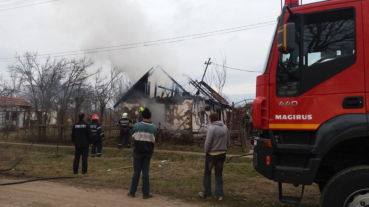 Două incendii în două zile, lichidate de pompieri. O familie a rămas fără acoperiș deasupra capului