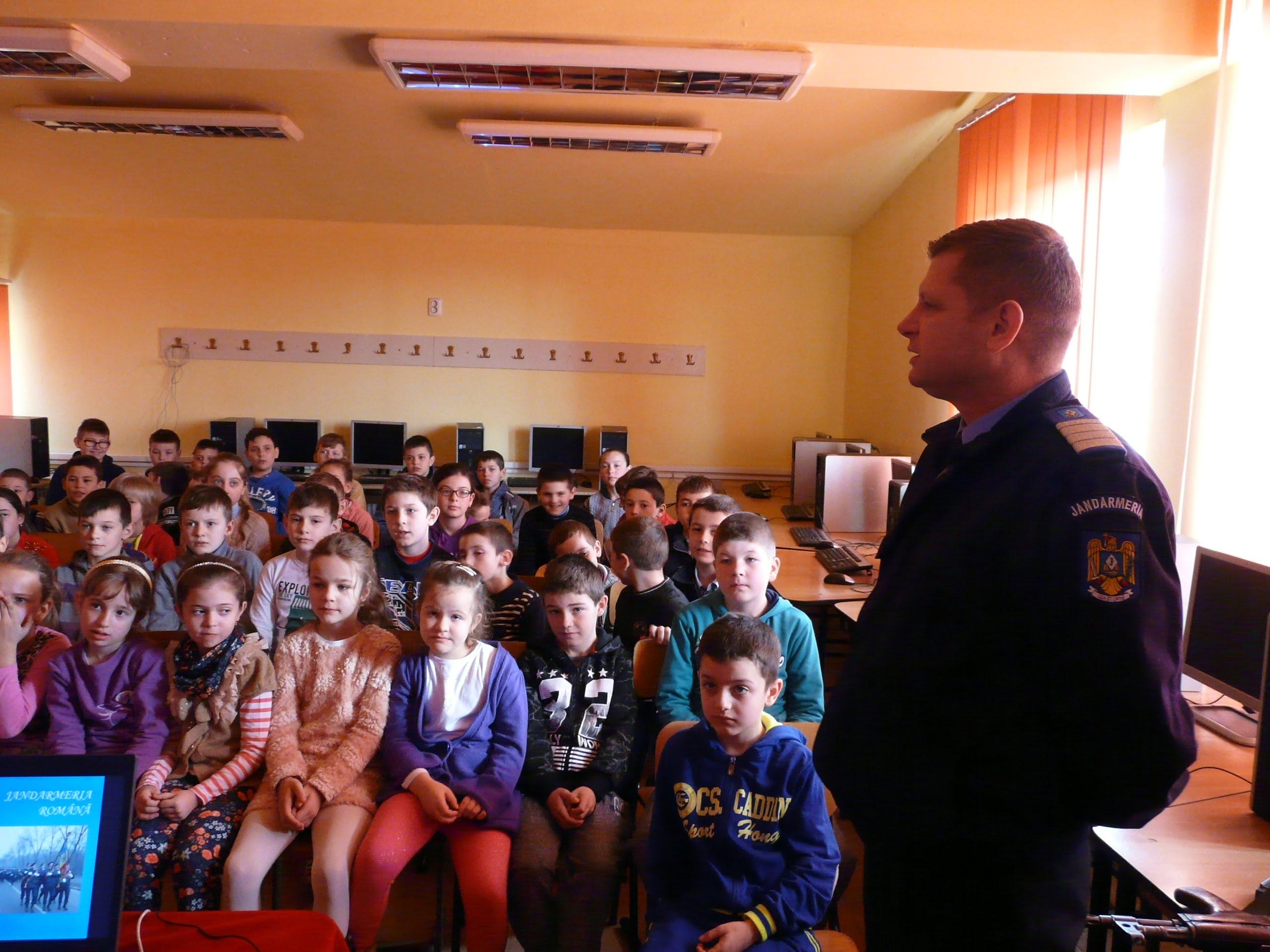 Jandarmii au făcut o vizită copiilor de la școala din Batarci