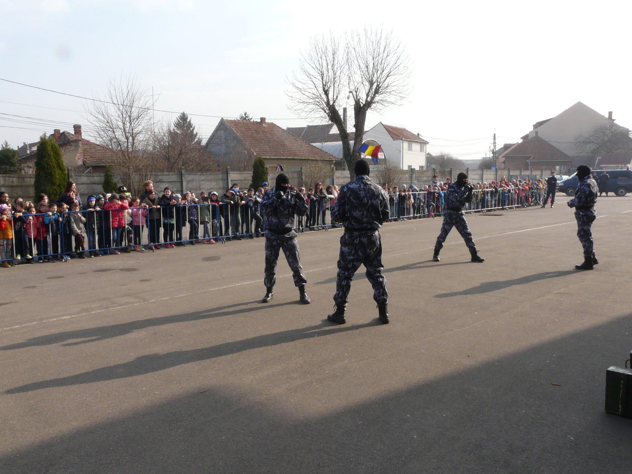 Jandarmii au rezistat cu greu asaltului copiilor. Instituția a avut zeci de vizitatori