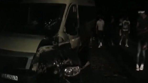 Accident în Lazuri. Un microbuz a lovit în plin un autoturism