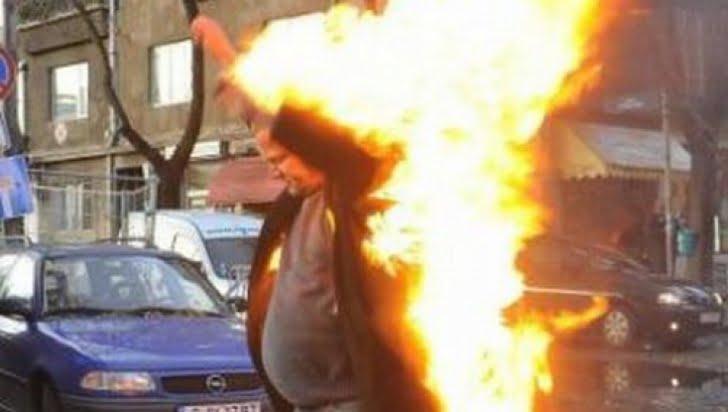 Bărbatul care și-a dat foc luni, pe strada Brândușa, a murit