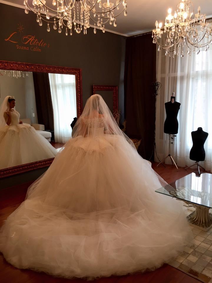 O nouă reușită marca Ioana Călin. O rochie de mireasă uriașă, din 360 mp de tul, ia drumul Dubaiului